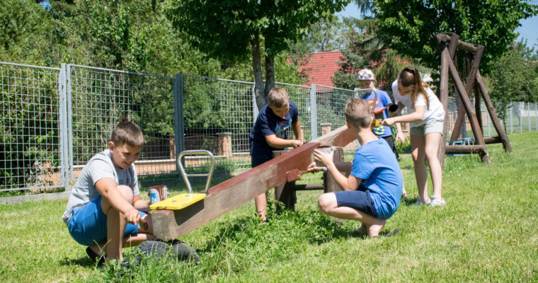 Önkéntesek segítségével újul meg a játszótér